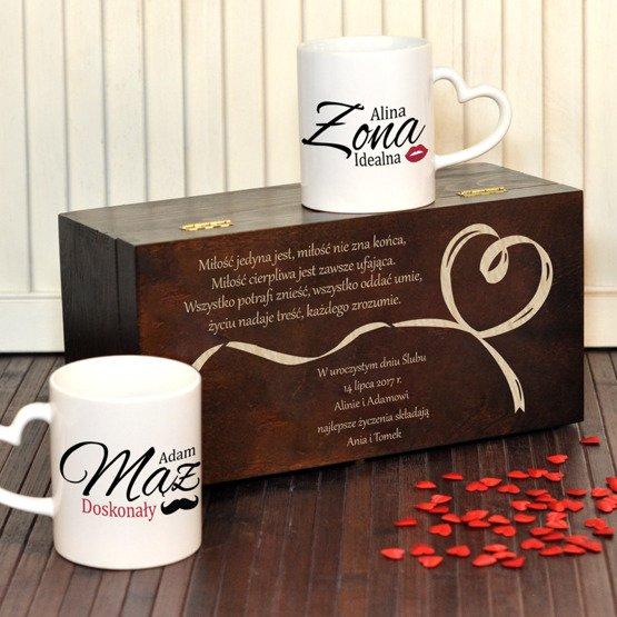 """Dwa kubki w pudełku z grawerunkiem """"idealna Żona i doskonały Mąż"""""""