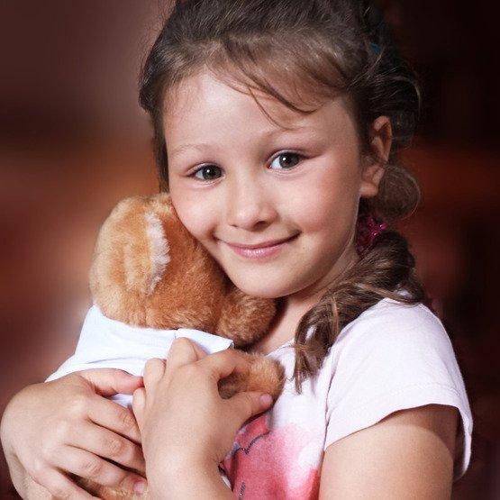 Miś pluszowy kochający rudy kot