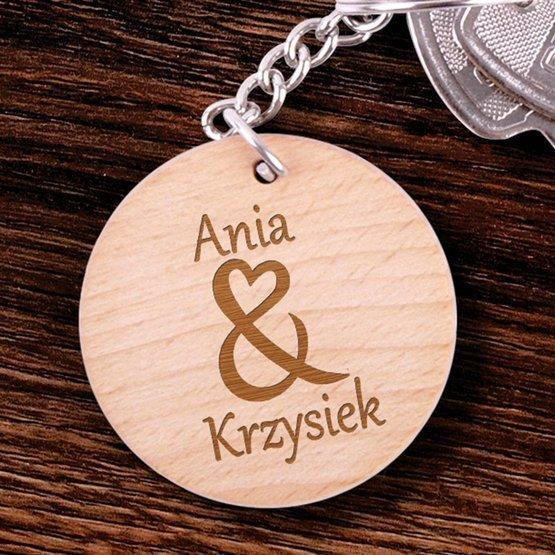 Okrągły brelok drewniany z imionami pary