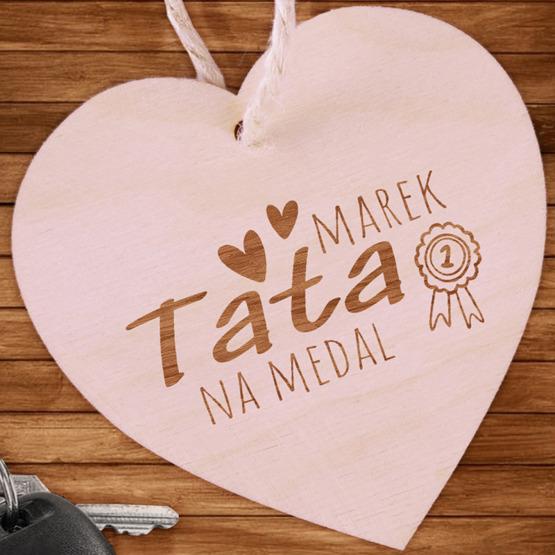 Zawieszka drewniana serce z grawerunkiem - Tata na medal